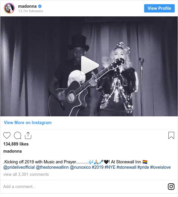 Instagram post de madonna: .Kicking off 2019 with Music and Prayer...........🎶🙏🏼🎤🖤! At Stonewall Inn 🏳️🌈 @prideliveofficial @thestonewallinn @nunoxico  #2019 #NYE #stonewall #pride #loveislove