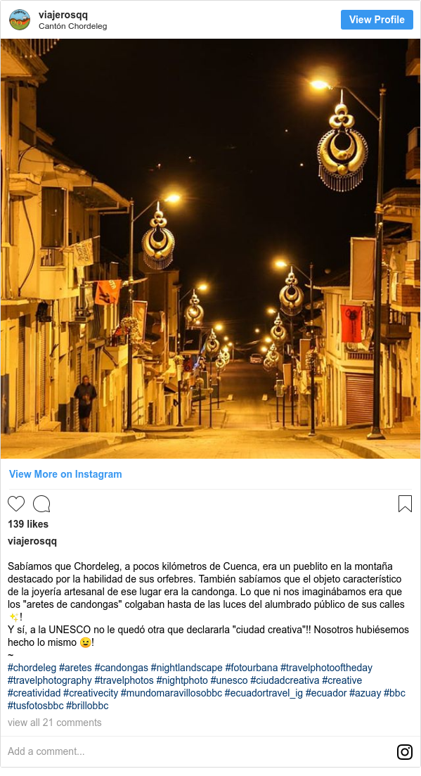 """Publicación de Instagram por viajerosqq: Sabíamos que Chordeleg, a pocos kilómetros de Cuenca, era un pueblito en la montaña destacado por la habilidad de sus orfebres. También sabíamos que el objeto característico de la joyería artesanal de ese lugar era la candonga. Lo que ni nos imaginábamos era que los """"aretes de candongas"""" colgaban hasta de las luces del alumbrado público de sus calles ✨! Y sí, a la UNESCO no le quedó otra que declararla """"ciudad creativa""""!! Nosotros hubiésemos hecho lo mismo 😉! ~ #chordeleg #aretes #candongas #nightlandscape #fotourbana #travelphotooftheday #travelphotography #travelphotos #nightphoto #unesco #ciudadcreativa #creative #creatividad #creativecity #mundomaravillosobbc #ecuadortravel_ig #ecuador #azuay #bbc #tusfotosbbc #brillobbc"""