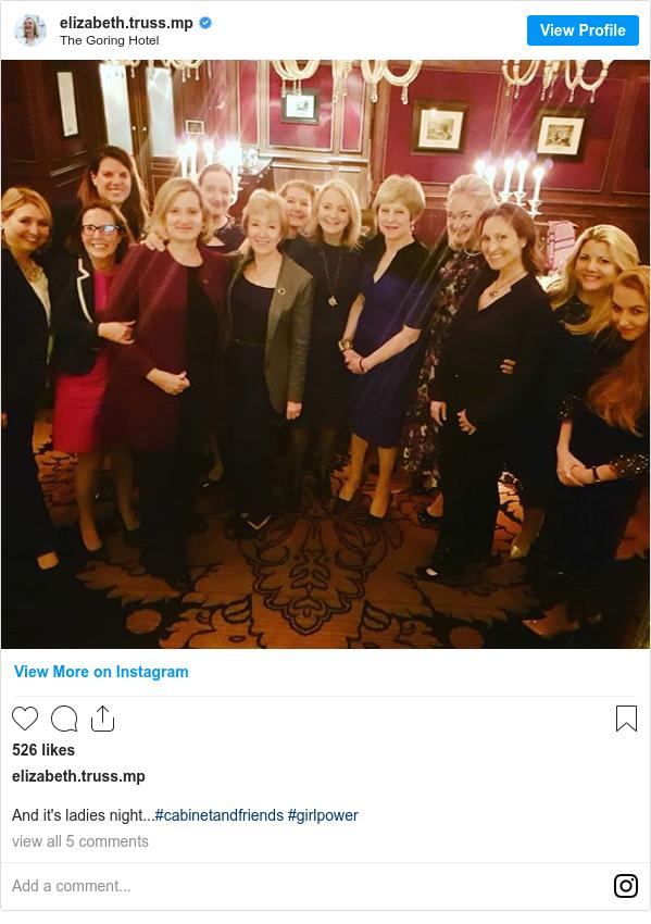 Post Instagram par elizabeth.truss.mp: Et c'est la soirée des dames ... # cabinetandfriends #girlpower