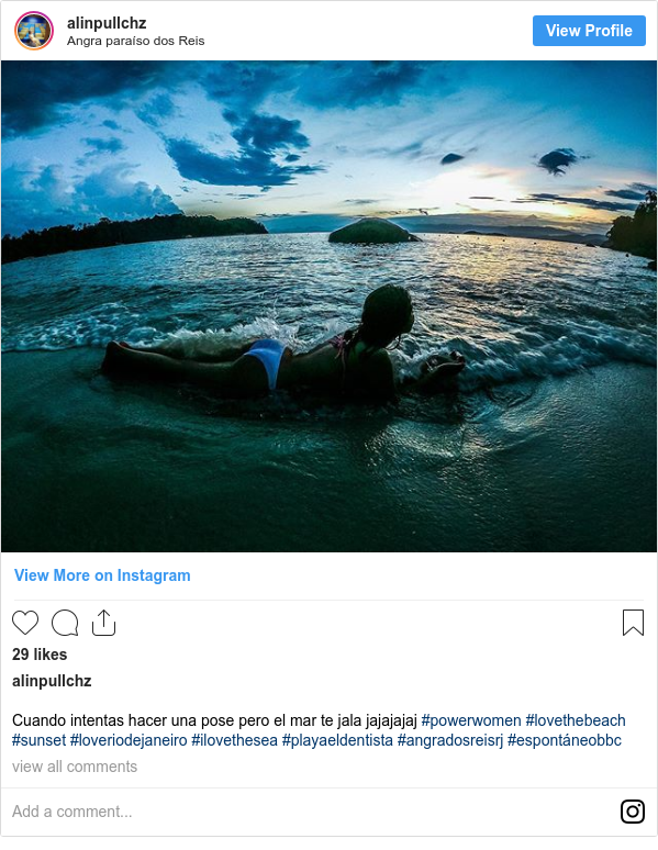 Publicación de Instagram por alinpullchz: Cuando intentas hacer una pose pero el mar te jala jajajajaj #powerwomen #lovethebeach #sunset #loveriodejaneiro #ilovethesea #playaeldentista #angradosreisrj #espontáneobbc