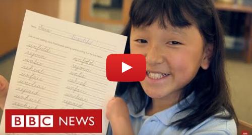 YouTube post de BBC News Brasil: A menina sem mãos que pinta e ganhou concurso de caligrafia