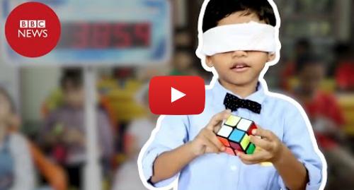 YouTube post de BBC News Brasil: O menino de 4 anos que resolve cubos mágicos de olhos fechados