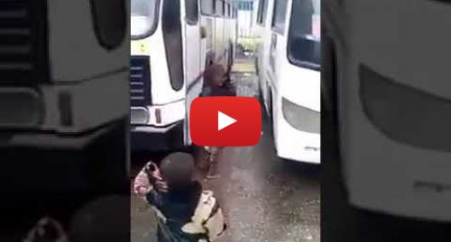يوتيوب رسالة بعث بها tfarj dz: رجل جزائري يضرب لاجئ افريقي