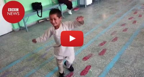 YouTube post de BBC News Brasil: Menino amputado viraliza ao dançar de alegria após ganhar próteses nas pernas