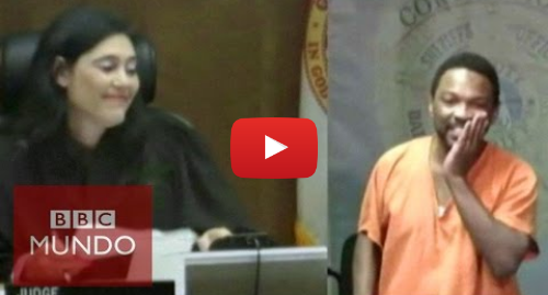 Publicación de Youtube por BBC News Mundo: Jueza reconoce a su amigo de la escuela en el banquillo de los acusados