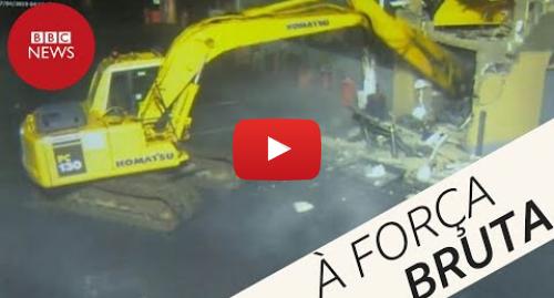 YouTube post de BBC News Brasil: Ladrões usam escavadeira para roubar caixa eletrônico na Irlanda do Norte