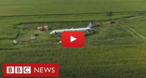 YouTube post de BBC News Brasil: O momento em que avião pousa em milharal após se chocar com pássaros