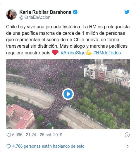 Publicación de Twitter por @KarlaEnAccion: Chile hoy vive una jornada histórica. La RM es protagonista de una pacífica marcha de cerca de 1 millón de personas que representan el sueño de un Chile nuevo, de forma transversal sin distinción. Más diálogo y marchas pacíficas requiere nuestro país ❤! #ArribaStgo💪 #RMdeTodos