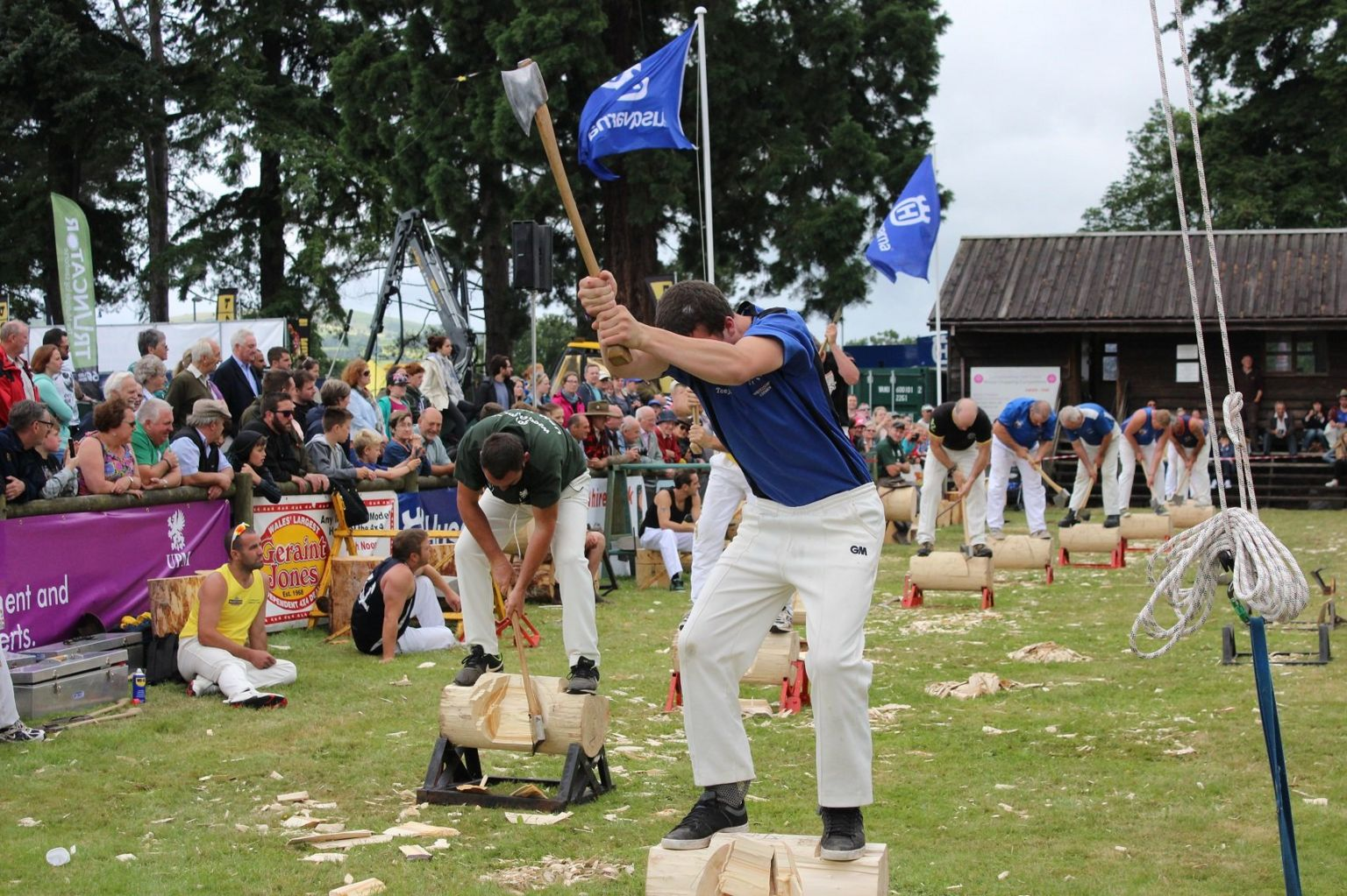 Mae angen tipyn o fôn braich ar y bwyellwyr // Plenty of upper body strength is needed by these powerful axemen