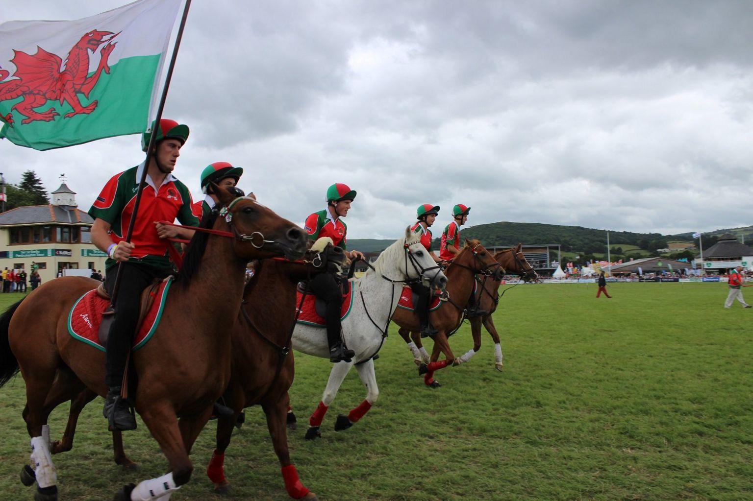 Tîm Cymru sy'n paratoi i gystadlu ar y llwyfan rhyngwladol // This Welsh team are preparing to fly the flag in the World Horse Games