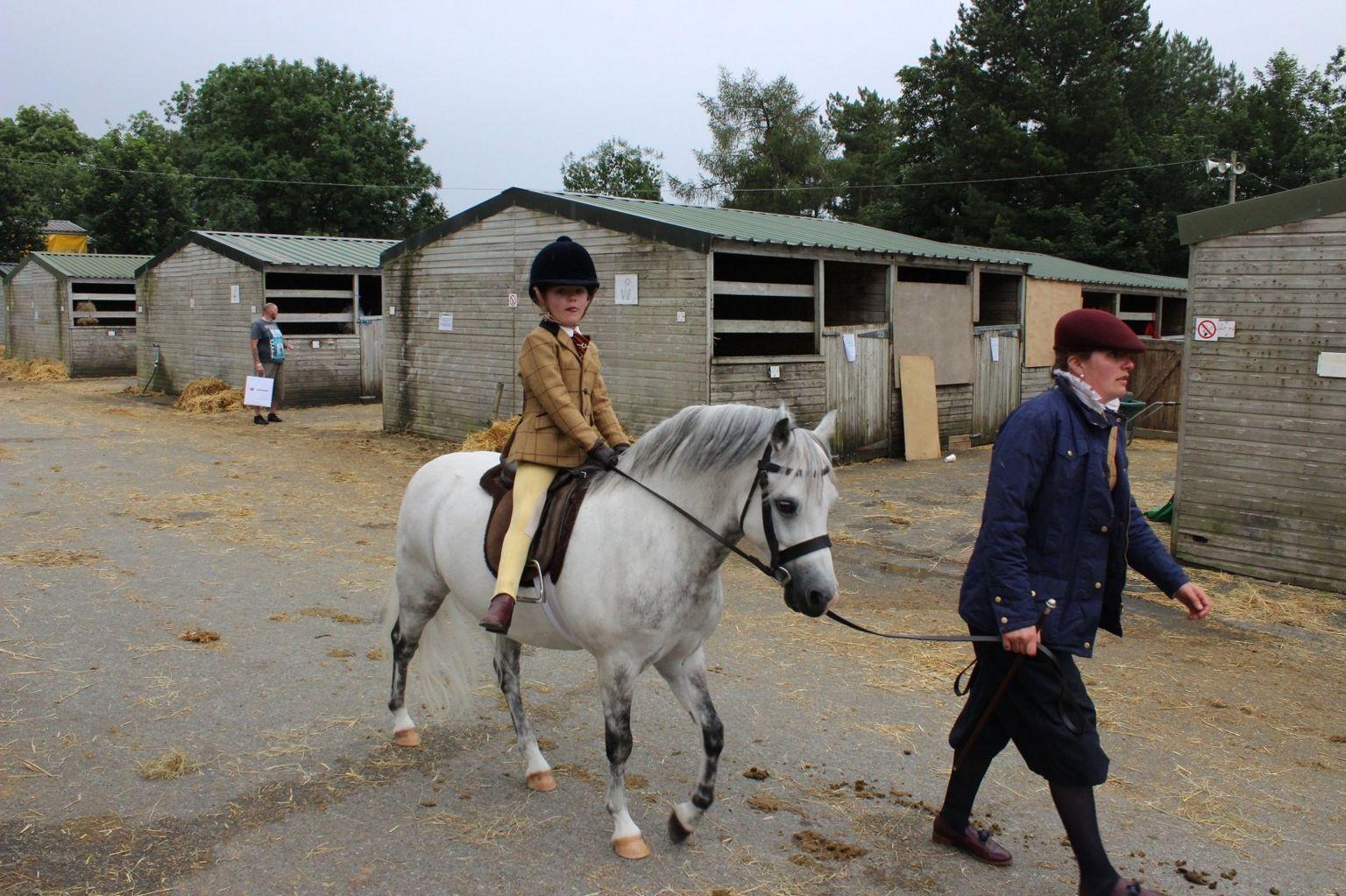 Mae na fwy na un ffordd o gyrraedd maes y Sioe // Travelling in style to the Showground at Llanelwedd