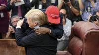 Канье Уэст обнимает Дональда Трампа