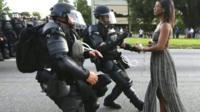 Полицейские и женщина