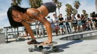 девушка без ног на скейтборде