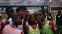 Alex Iwobi with young Nigerian fans