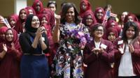 Michelle Obama with the Mulberry High School Reporters