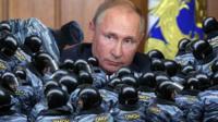 Коллаж из фото Владимира Путина и сотрудников ОМОН