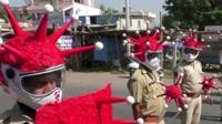 Экипировка индийской полиции изображает коронавирус