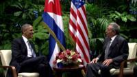 Barack Obama (l) and Raul Castro