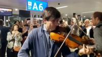 Фабрицио фон Аркс играет в аэропорту Женевы