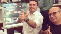 Queiroz (à dir.) é ex-motorista e ex-segurança do hoje senador Flávio Bolsonaro