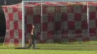 Canguru invade campo de futebol
