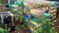 Полиция Колумбии обнаружила в джунглях секретные лаборатории по производству наркотиков. В ходе операции найдено около пяти тонн кокаина.