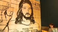 "Кафе без цен ""Небо"" оформлено с использованием библейских образов."