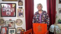 Margaret Haines gyda'i chadair coch