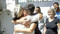 Conceição d'Lissá e pastora Lusmarina Campo se abraçam