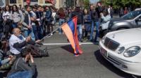 Тысячи людей перекрыли движение в Ереване. Полиция применила газ