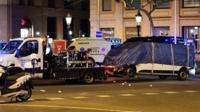 Теракт в Барселоне: фургоне проехал более 500 метров по главному туристическому бульвару города Рамбле, сбивая пешеходов.