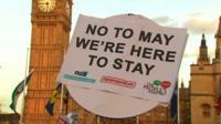 """""""Нет, Мэй, мы здесь останемся"""" - демонстрация у парламента"""