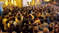 Polisi wa kutuliza ghasia wakizuwia umati wa watu kuvamia bunge la Georgia