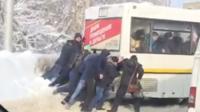 Жители Саратова толкают сломавшийся троллейбус