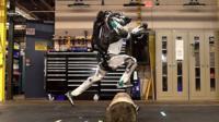 Робот Атлас прыгает через бревно