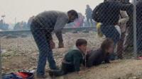 беженцы пересекают границу
