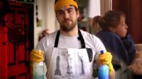 Мужчина с чистящими средствами