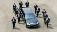 12 охранников бегут возле машины с Ким Чен Ыном