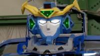 Трансформер превращается из человекоподобного робота в машину примерно за минуту.