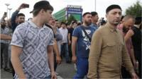 Люди возле аэропорта в Грозном, куда привезли тело Юсупа Темерханова