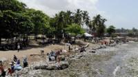 Пляж, покрытый пластиковым мусором