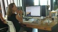 En esta empresa holandesa está tan mal visto que los empleados se queden hasta tarde que a las 6 pm los escritorios se elevan hasta el techo y nadie puede continuar trabajando.