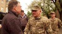 Курт Волкер жмет руку украинскому военному