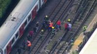 Криминалисты у пострадавшего поезда