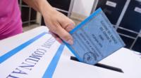 Person casting vote in Rome mayoral election
