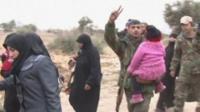 Мирные жители покидают зону боев в Алеппо