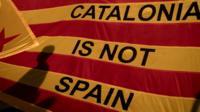 لافتة كتب عليها بالإنجليزية كتالونيا ليست إسبانيا