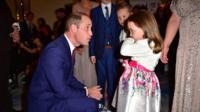 Принц Уильям встретился с 5-летней Сьюзи МакКеш, которая спасла свою маму и получила за это награду.
