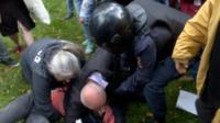 Толпа отбивает женщину от полицейских
